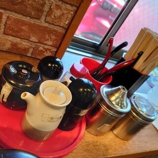 石田一龍 - 料理写真:卓上の調味料