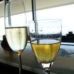 13490112 - グラスの後ろに海と船
