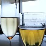 13490115 - シャルドネのぶどうジュースとスパークリングワイン