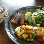 エヌズ キッチン - シェフのおまかせランチ ¥1575 真鯛のポアレ と 五穀米