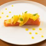 クロワサンス - 信州サーモンのミキュイ マンゴーと柑橘のソースで
