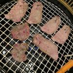 牛苑 - 網で焼いて