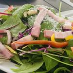 ロサンジェルス バルコニー テラスレストラン&ムーンバー - 三浦野菜とベーコン、ナッツのシーザーサラダ