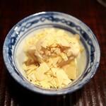 京天神 野口 - いちじくのごま和えは上にたっぷりのアーモンド。