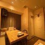 トラットリア・バール・ジョルノ - 内観写真:店内奥のテーブル席(4×2)