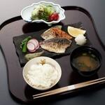 和食 花の茶屋 - 地魚三種の干物御膳 2100円(税込)