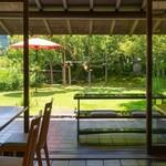 和食 花の茶屋 - 店内からも庭を眺めることができます