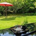和食 花の茶屋 - 青々とした緑が生えるテラス席