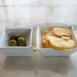 BVLGARI Il bar - グリーンオリーブ 塩漬け と ポテトチップス