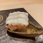 鮨 辰也 - ボタン海老を炙って