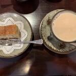 喫茶 美術館 - カフェ・オ・レとラム酒のケーキ