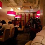 金燕酒家 - 赤いライトと高めの天井が都会的な雰囲気。テーブル間も十分なので、落ち着いて食事が楽しめます。
