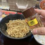 元祖辛味噌ラーメン 海老秀 - 酢を3周かける
