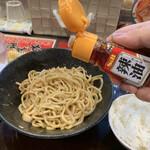 元祖辛味噌ラーメン 海老秀 - ラー油を2周かける