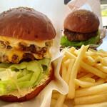 パスタイム - ダブルチーズバーガー+ポテト+ドリンク、後方に見えるのが洋光台バーガー