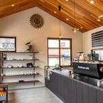 リキシャカフェ - 入口は天井が高く開放的
