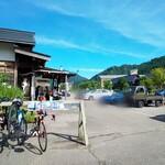 蕎麦 山猫 - 良いお天気で朝から自転車もバイクも車もいっぱいでした