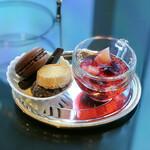 ソマーハウス - 小菓子、桃と白ワインのジュレ