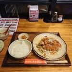 中国茶房8 - 24時間週変わり定食のC、油淋鶏定食529円。