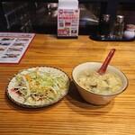 中国茶房8 - ご飯とあわせてお代わり自由のスープとサラダ。
