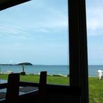 カフェキッサシーユー - 座った席から見た風景。芝生と海のコントラストがキレイでした。
