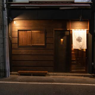 小さな古民家を改装した、日本酒居酒屋です。
