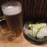 あげあげ - 生ビール:300円とサービスキャベツ