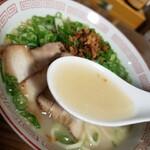 くろいわラーメン - 自家製スープ (豚骨と鶏ガラで出汁をとったあっさりスープ)