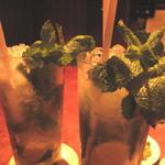 バー オスカー - モヒート。カウンターで、豪快かつ丁寧に作る様子を観るのも楽しみのひとつ♪