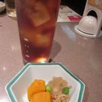 海鮮料理 魚盛 - ウーロン茶と付き出し♪