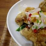万豚記 - 油淋鶏の下に 豆苗を しいてくれて  うれし  ちょっと生野菜食べたい