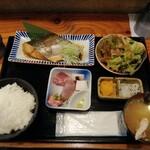 魚と酒 はなたれ - さわら煮付け&刺身4種定食(1000円)