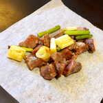 135086796 - 砂肝とねぎの塩焼(¥495)。レモンをキュッと絞って、食感は柔らかく、ザクザクっと歯切れ良し