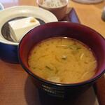神山町魚金 - ワカメのお味噌汁にネギが放してあります。