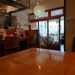 神山町魚金 - 玄関の外にはテーブルが2つ。