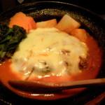 玄妙 - トマトソースにチーズをのせた鉄鍋ハンバーグ