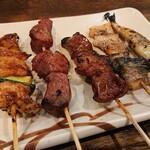 串八珍 - おまかせ盛り合わせセットの串焼きはトリ、レバー、ハツ、豚トロ、ししゃも