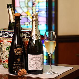 種類豊富なワイン。横浜のビールやノンアルコールの一杯もご用意
