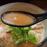 麺処 と市 - 味玉ちゃーしゅーめん(スープ)