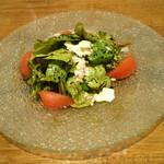 トラットリア ボッカ ボーナ - 大多喜産ルッコラとトマト、パルメザンチーズのサラダ