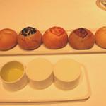 リストランテKubotsu - 自家製のフォカッチャ。お饅頭位の可愛いサイズで風味イロイロ。
