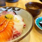 居酒屋 大河 - 海鮮丼 ¥820 ランチ時は行列もできますが、本業は居酒屋さんです。