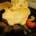 135115320 - クラシックラクレット(ラクレットチーズをかけているところ)