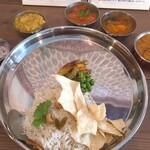カーリー・テーブル - カトリ(小皿)をターリ(銀のお盆)の外に並べる