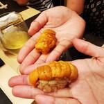 Kagurazaka sushi tamura - 馬糞雲丹を手乗せ
