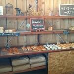 山のパン屋 ダディーズ・ベーカリー - 食パン ・ パンコーナー
