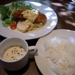 ビストロ グリッツ - 本日のワンプレートランチ980円にしましたよ。 メインの料理が入ったお皿とご飯とスープの登場です。
