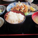 ダイニング でん助 - 鶏の唐揚ピリ辛ソース定食800円