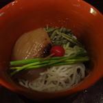 旨酒旬菜 こなから - 煮玉葱とじゅんさいを付け合せた魚素麺