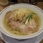 らーめん鱗 - 料理写真:塩らーめん(800円、斜め上から)